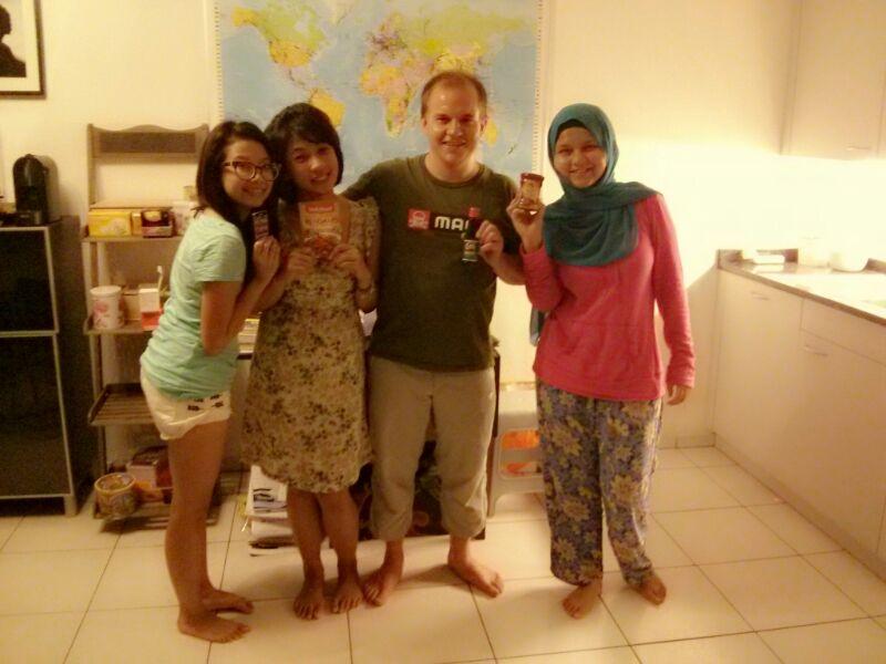 Setelah prosesi penghadiahan bumbu makanan Indonesia ke Markus