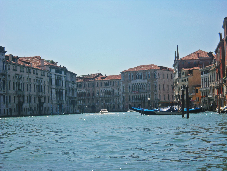 Grand Canal. Disini selain ada gondola, juga ada water taxi dan water bus