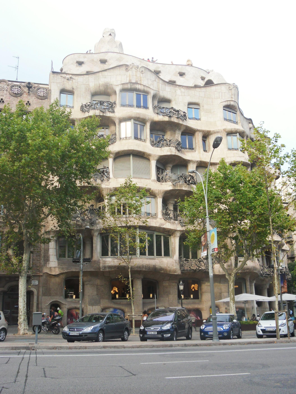 La Pedrera, salah satu karya Antonio Gaudi juga