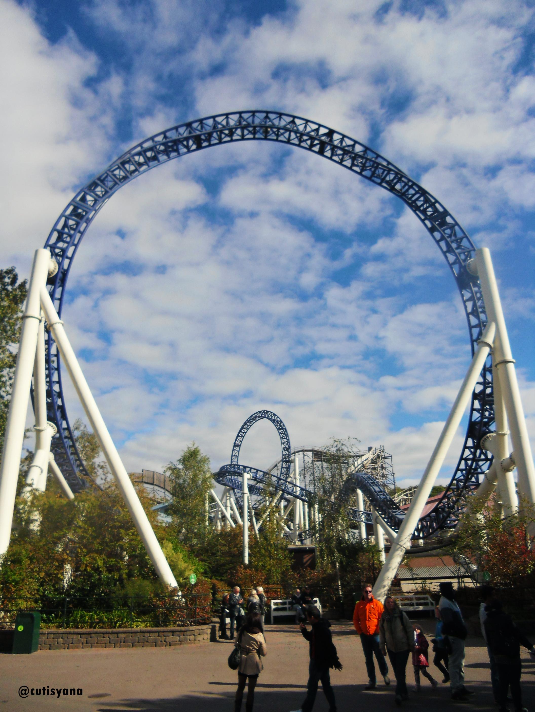 Roller coaster dan warna langit yang bagus banget