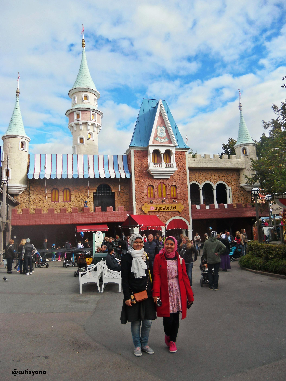Didepan (kayaknya) Istana Boneka