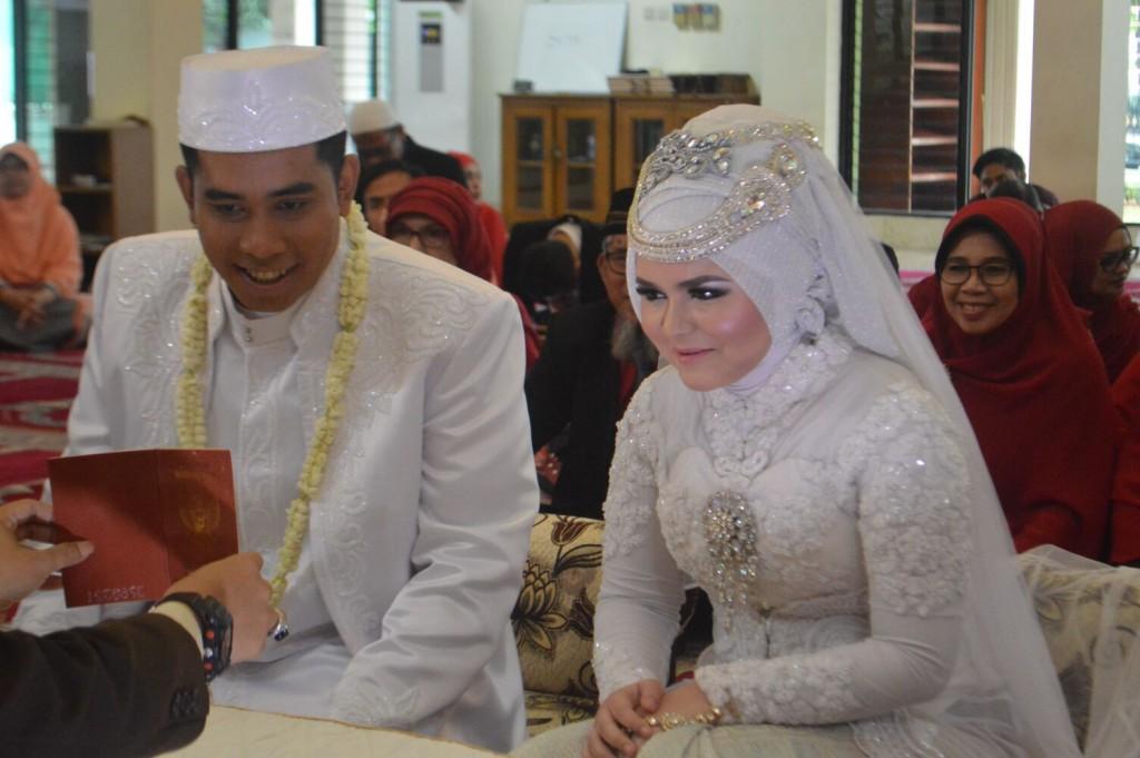 Lagi diunjukin buku baru: buru nikah. Eciyee!